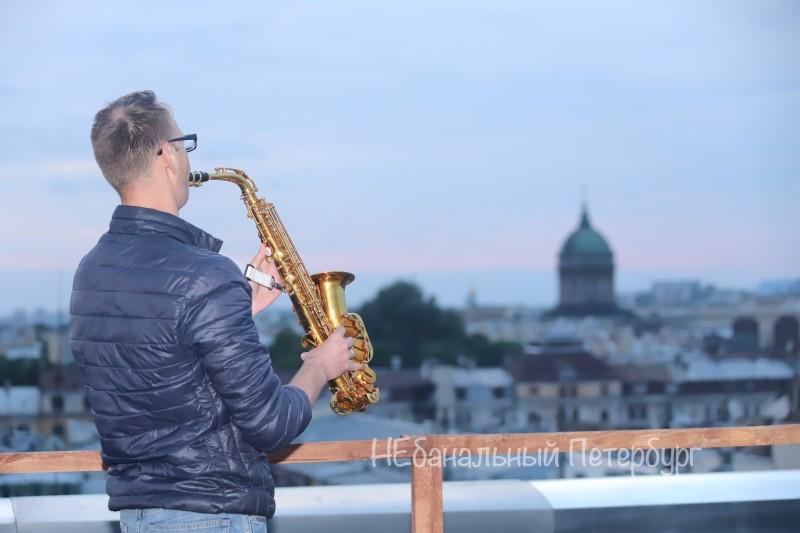 саксофонист на крыше