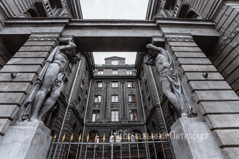Дворы и парадные эпохи Достоевского