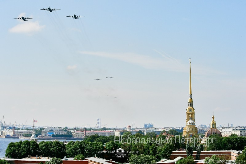 По крышам с видом на Петропавловскую крепость